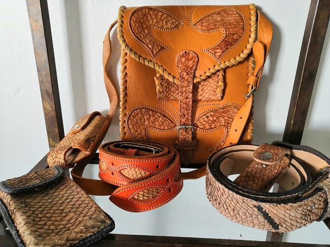 bolsas y cinturones de piel de pescado