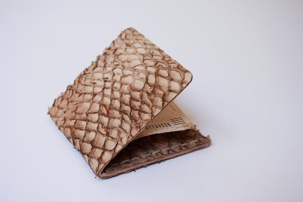 cartera de piel de pescado
