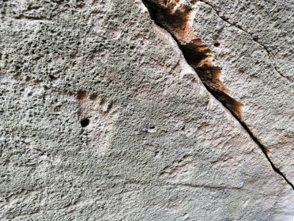Petrograbado en forma de pie humano al interior de la cueva de isla Venados.