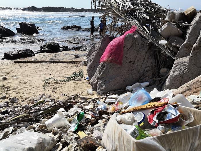 Basura en playa Cerritos